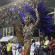 Aline Riscado, dançarina do 'Domingão do Faustão', desfilou como rainha de bateria da Caprichosos de Pilares no Carnaval 2014 e levou uma queda diante dos jurados na Sapucaí