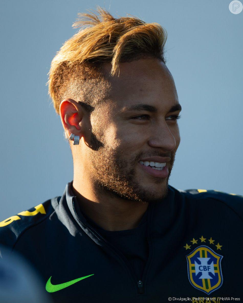 Neymar exibiu o novo cabelo, mais claro e com topete, no treinamento da Seleção Brasileira em Londres, nesta quarta-feira, 10 de outubro de 2018