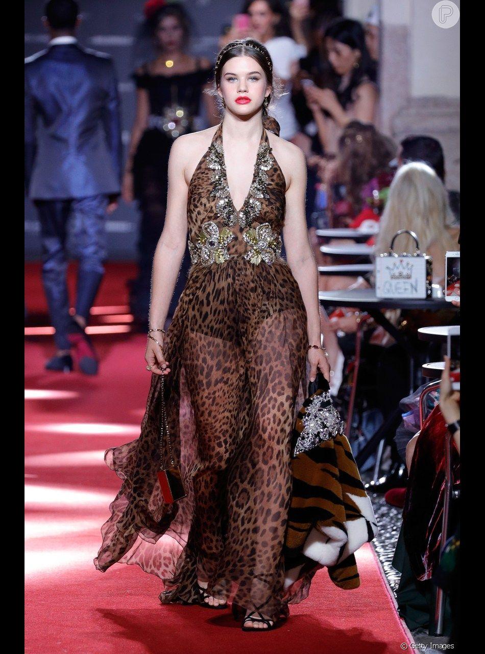 ad7bf1004 O vestido com estampa de onça de tecido fluido e transparente deixa o look  animal print moderado