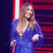 Claudia Leitte usa look decotado bordado em tule italiano de R$ 17 mil em show