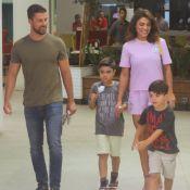 Juliana Paes usa conjuntinho de crepe para passeio em família. Aos detalhes!