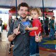 Daniel de Oliveira levou o filho, Otto, para se divertir nesta sexta-feira, 12 de outubro de 2018
