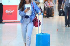 Chunky sneakers e jeans  o estilo da atriz Giovanna Lancellotti ao viajar.  Foto! de30fe5619