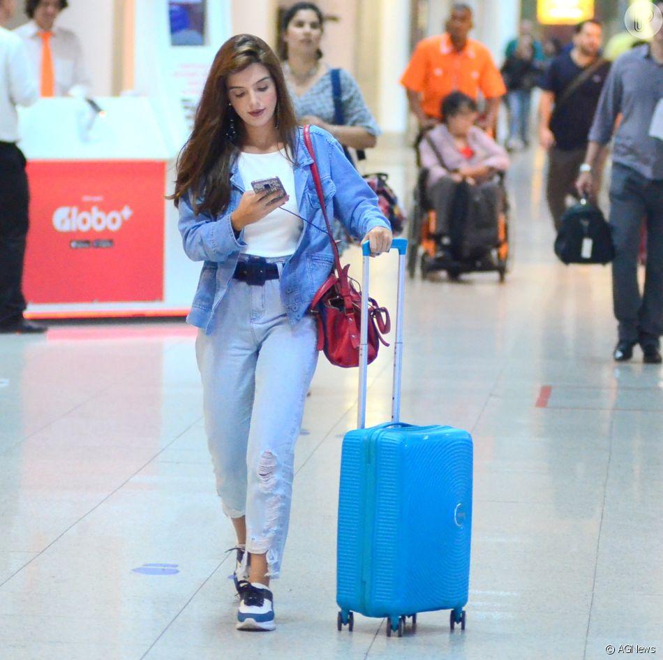 16a04bcb61 Giovanna Lancellotti aposta em chunky sneakers e look jeans para viajar