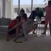 Wesley Safadão mostra filhos Ysis e Yhudy beijando o irmão, Dom. Vídeo!