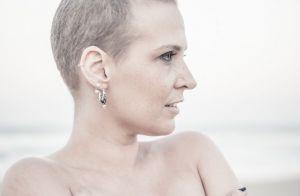 Descubra formas de amarrar o lenço para disfarçar efeitos da quimioterapia