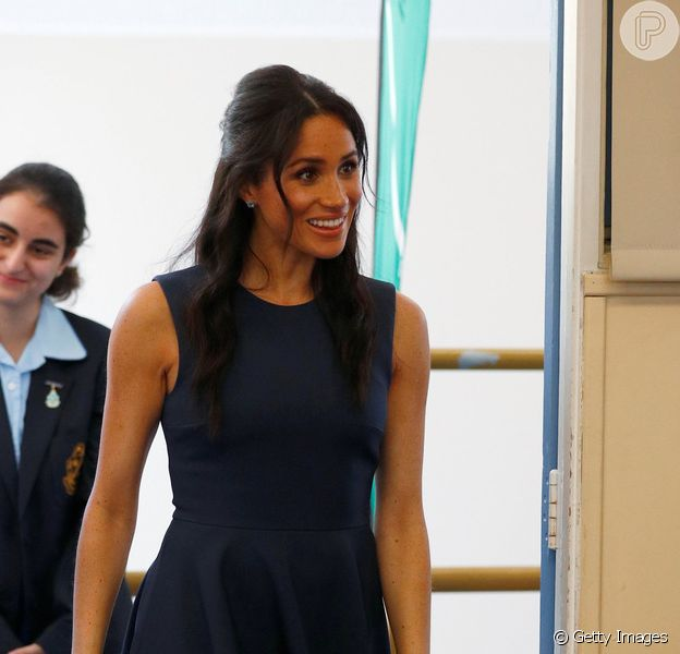 Pitada de navy e vintage: o estilo de Meghan Markle em visita à escola nesta sexta-feira, dia 19 de outubro de 2018