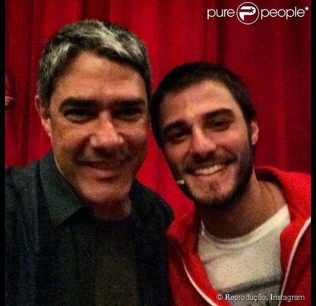 William Bonner posou com Hugo Bonemer no camarim momentos antes dele subir ao palco: 'Brimos', escreve o jornalista com humor na foto postada em seu Twitter