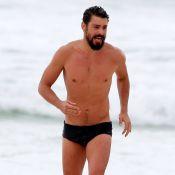 Cauã Reymond pratica exercícios e corre de sunga em praia do Rio. Fotos!