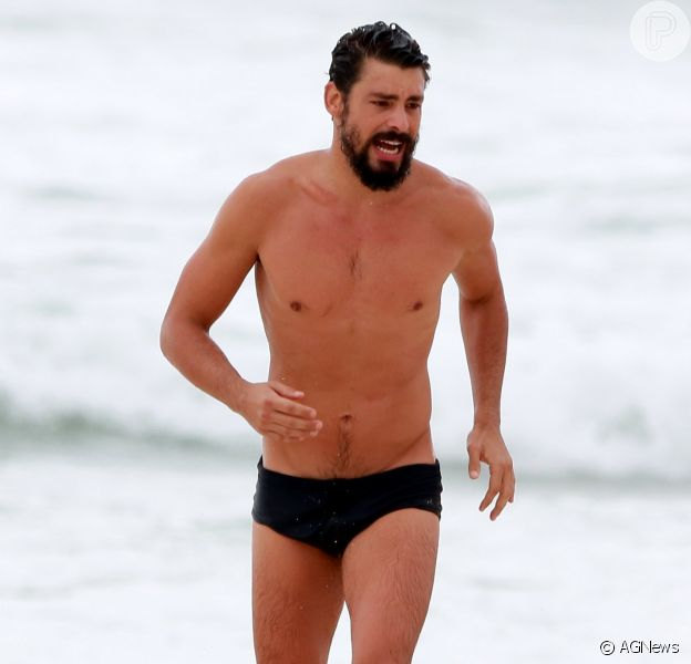 Cauã Reymond mostrou corpo sarado em dia de praia no Rio de Janeiro nesta sexta-feira, 19 de outubro de 2018