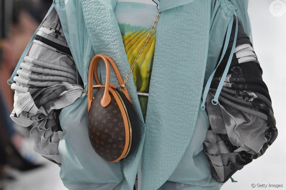 As bolsas que vão estar em alta nas próximas temporadas: modelo fofo de minibag com alça de corrente da Louis Vuitton