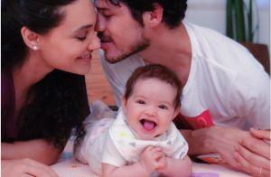 Banho de fofura! Débora Nascimento brinca na água com a filha, Bella. Veja foto!