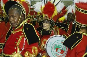 Carnaval 2013: Cleo Pires desfila tocando repique na bateria da Grande Rio