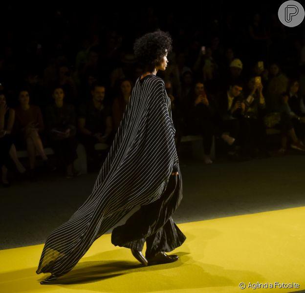 8 vestidos pretos das passarelas do São Paulo Fashion Week. Look com capa da Handred, usado com calça de alfaiataria