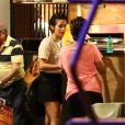 Nanda Costa e Lan Lanh compram petiscos em restaurante