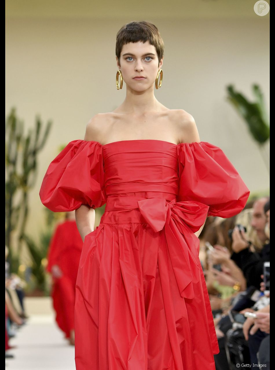 Vestidos que você vai querer usar já no verão: modelo com ombros de fora e mangas bufantes é um dos maiores hits da temporada. Esse é Valentino