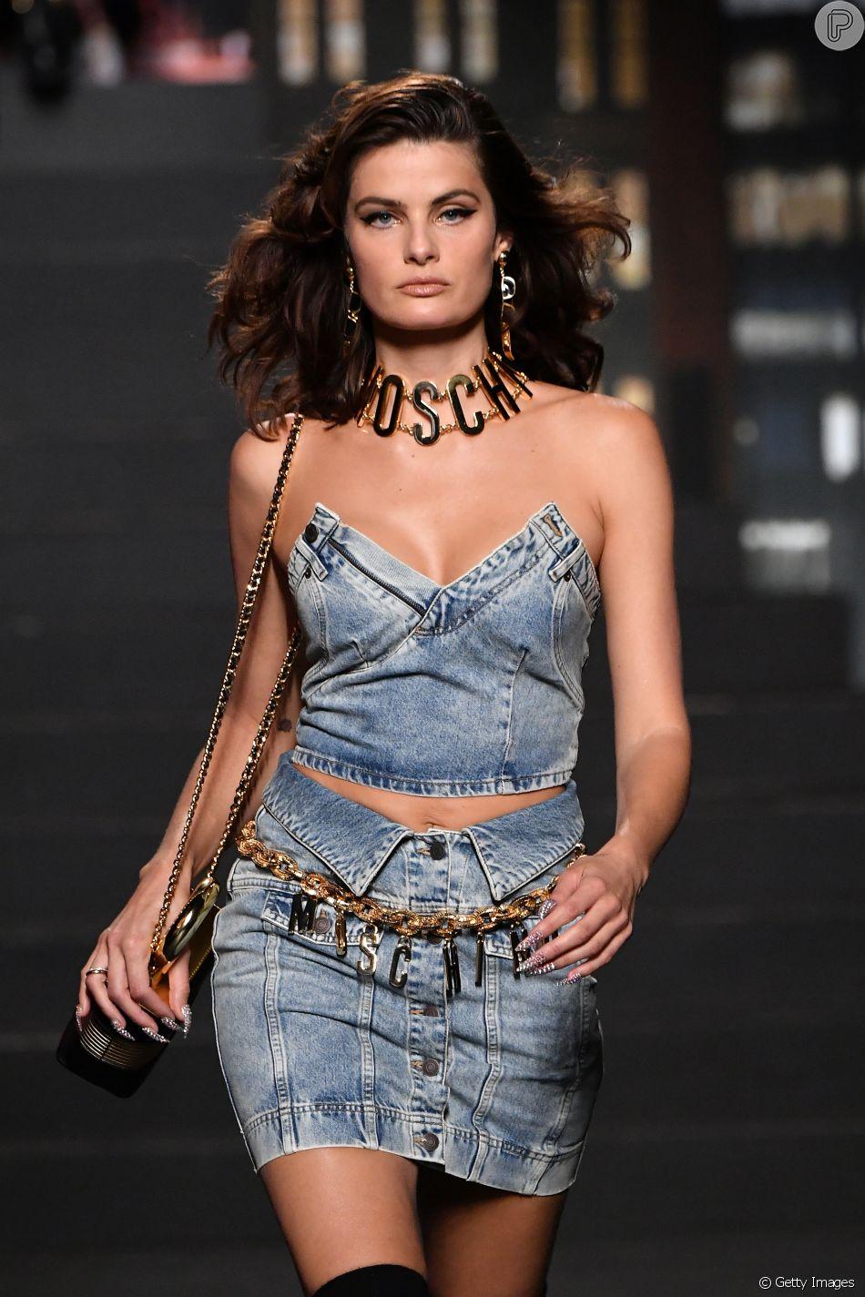 Jeans com jeans é tendência: conjuntinho desfilado por Isabeli Fontana para a colab H&M e Moschino