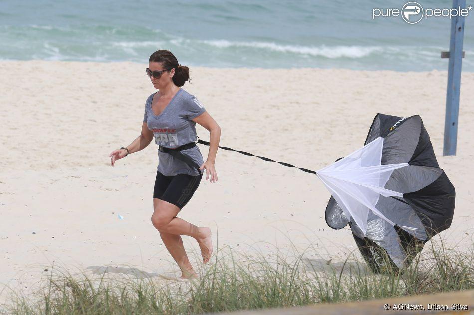 Giovanna Antonelli faz treino funcional em praia do Rio de Janeiro nesta segunda-feira, 1º de setembro de 2014