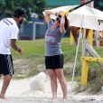 Giovanna Antonelli faz treino na praia da Barra da Tijuca, no Rio