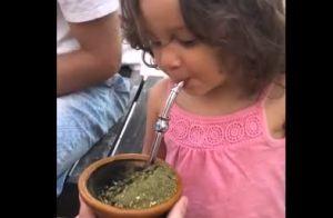 Yanna Lavigne mostra reação da filha, Madalena, ao tomar chimarrão pela 1ª vez