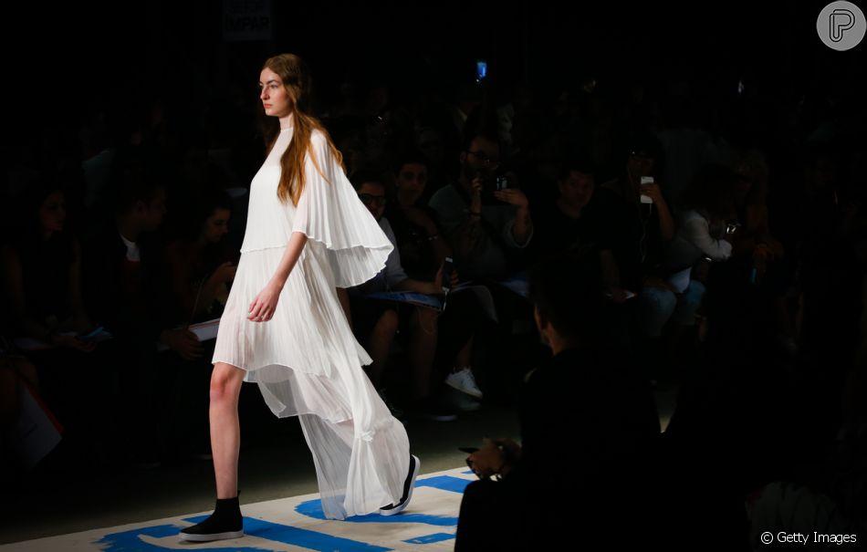 Looks brancos para o verão 2019. Look assimétrico e minimalista da Osklen vai a várias ocasiões diferentes