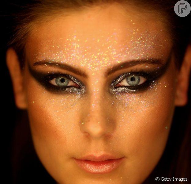 Já pode usar glitter! Brilho na maquiagem tem a cara das festas de fim de ano