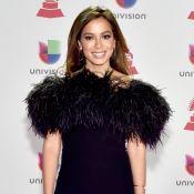 Decote ombro a ombro com plumas: o look de Anitta no Grammy Latino 2018. Fotos!