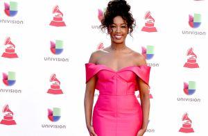 Iza elege vestido estilo sereia e brilha ao desfilar em red carpet de premiação