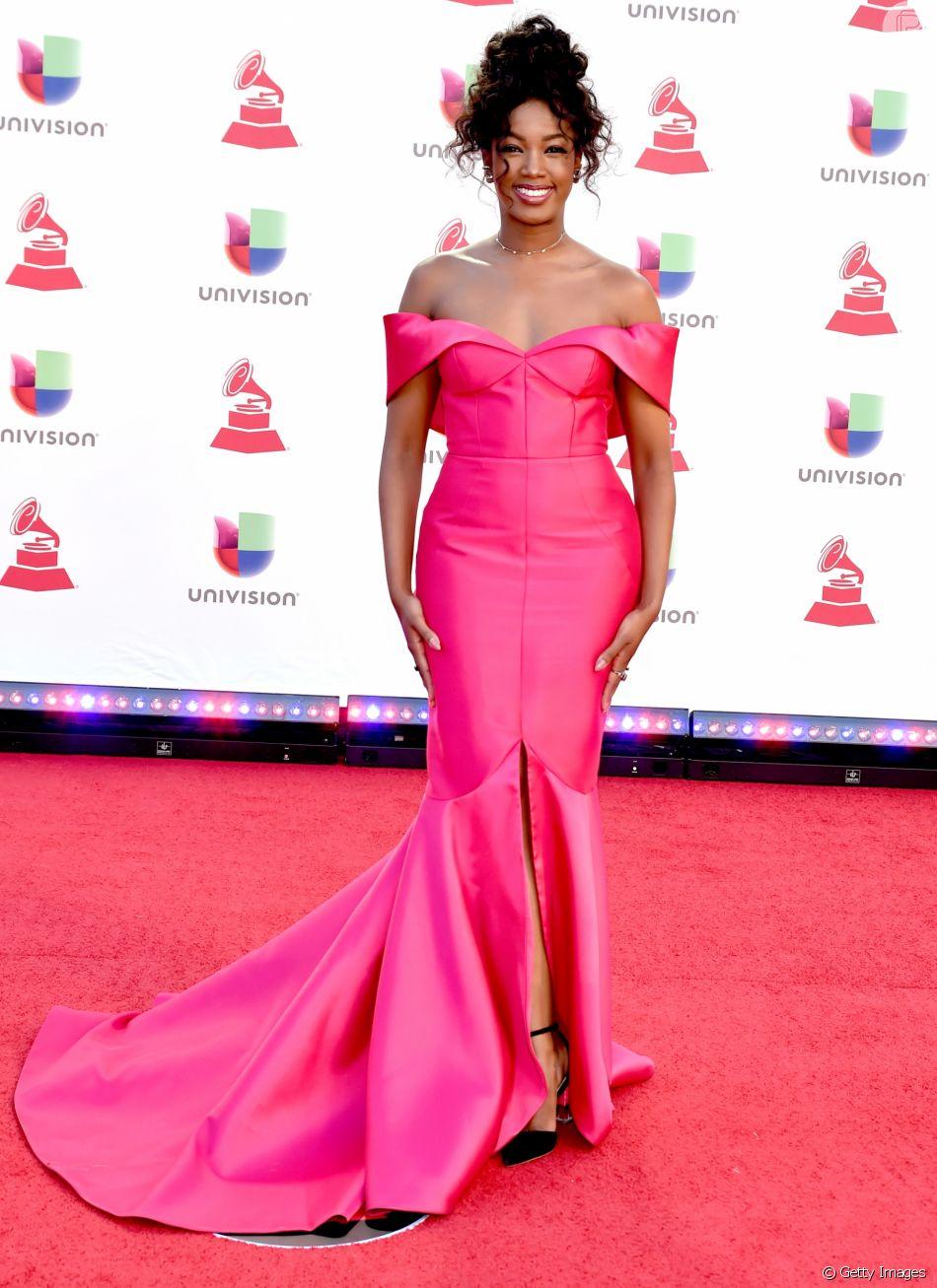 bfb75eeb9 Iza brilha com vestido estilo sereia no tapete vermelho do Grammy Latino  2018, em Las