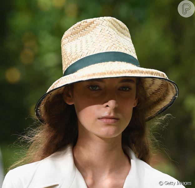 Chapéus para proteger o rosto do sol no verão. Chapéu de palha da Tory Burch tem acabamento em fita e modelo atemporal