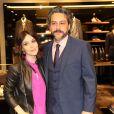 Alexandre Nero usou terno Hugo Boss para ir ao evento ao lado da namorada, Karen Brustolin