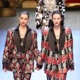Conjuntinhos continuam na moda nas próximas temporadas. Smkings estampados da Dolce & Gabbana