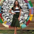 Mix de estilos: Patrícia Poeta combinou camisa cropped descolada com saia midi clássica