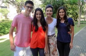 Surpresa! Fátima Bernardes recebe a visita dos filhos nos bastidores da Globo