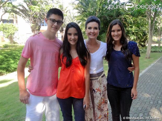 Fátima Bernardes recebe visita dos filhos nos bastidores do seu programa