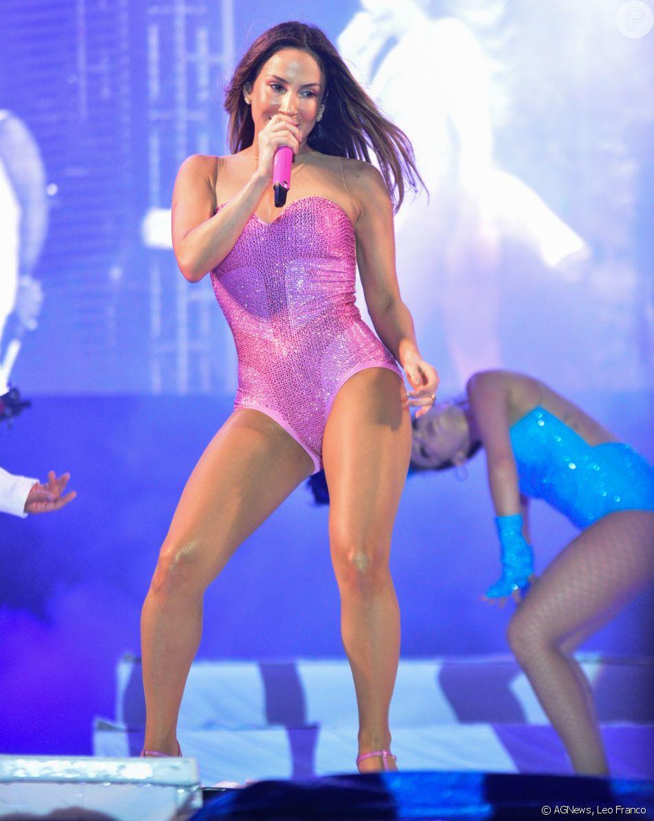 Claudia Leitte faz show com look rosa no evento  Prudence Fest