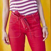 Jeans colorido volta à moda para o verão 2019. Veja como usar