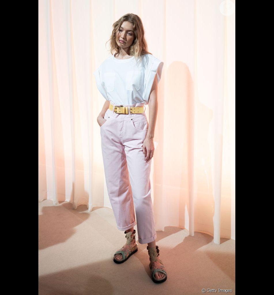 b1897998a Jeans coloridos estão em alta neste verão. Calça rosa-bebê da Alberta  Ferretti