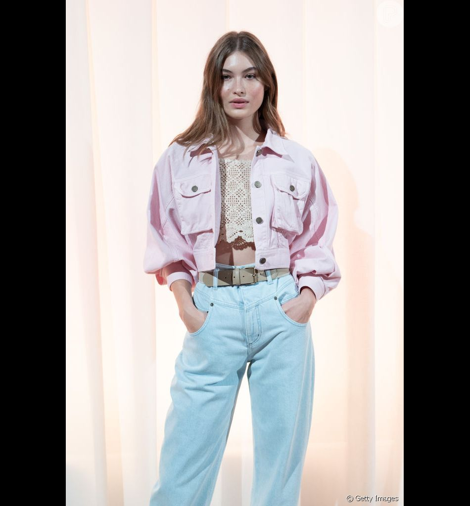 c5499c682e Jeans coloridos estão em alta neste verão. Look Alberta Ferretti ...