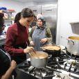 Meghan  Markle ajudou a cozinhar os partos servidos às vítimas do incêndio na torre Grenfell!