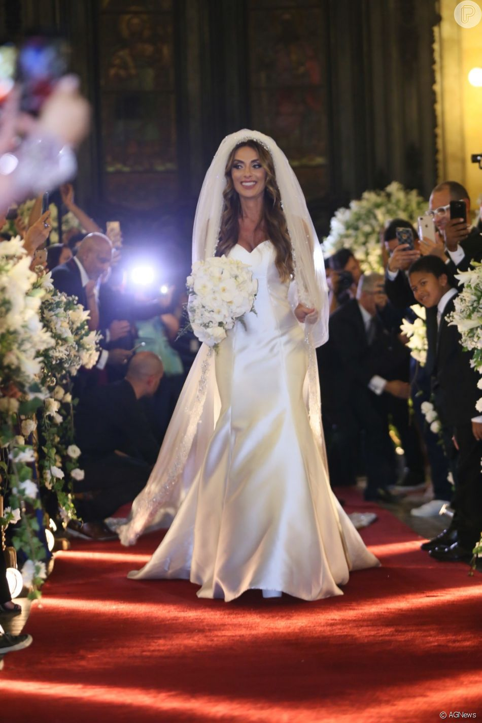 84dee9bc0e Nicole Bahls usa vestido de seda italiana ao se casar com Marcelo Bimbi  nesta terça-