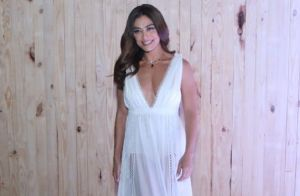 Juliana Paes elege look fluído com transparência e decote para festa com famosos