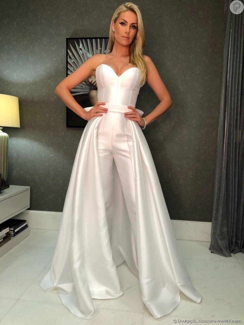 Ana Hickmann ousou look total white para comandar o  Família Record ,  especial de fim de ano da emissora e502ed9e4c