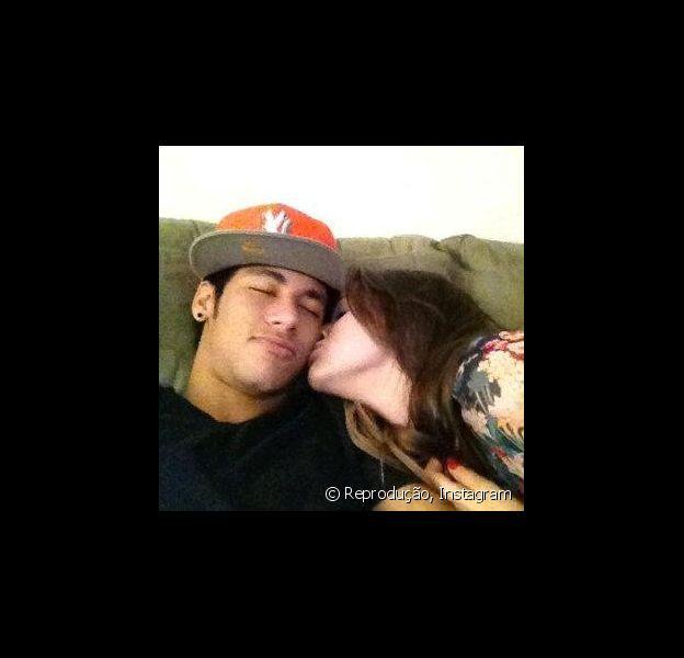 Bruna Marquezine recebe pedido de fãs de Neymar no Twitter para que a atriz cuide bem do jogador de futebol, em 14 de fevereiro de 2013