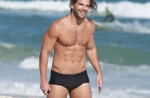 Duda Nagle joga bola com amigos e exibe corpo sarado em praia carioca