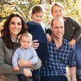 Princesa Charlotte foi fotografada com o casaco azul no cartão de Natal da família