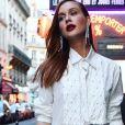 Marina Ruy Barbosa: camisa branca + brilho metálico
