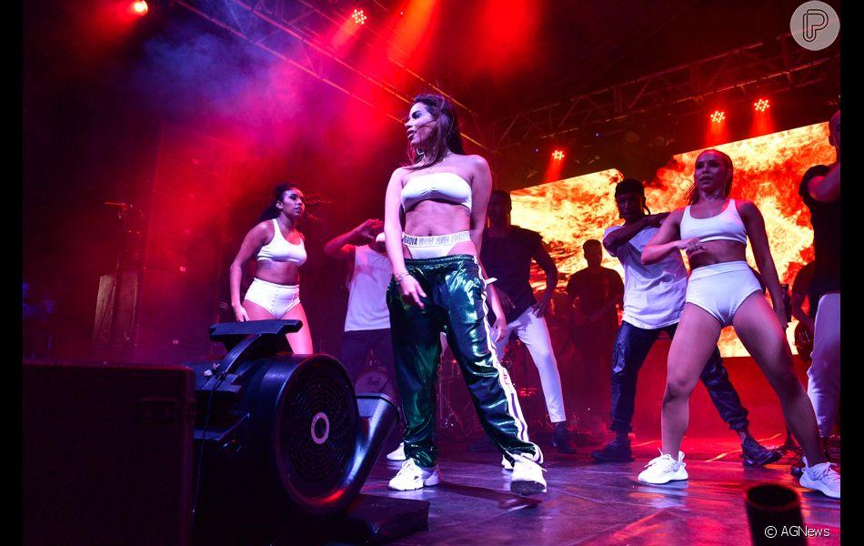 Anitta deixou a calcinha de cintura alta em evidência com a calça de  modelagem oversized cea04dcbbf