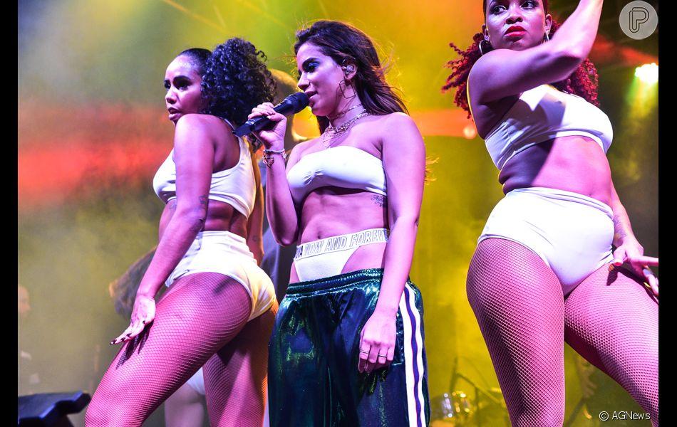 A calça jogging, modelagem escolhida por Anitta, deve ser uma das  queridinhas da próxima temporada 727797daae