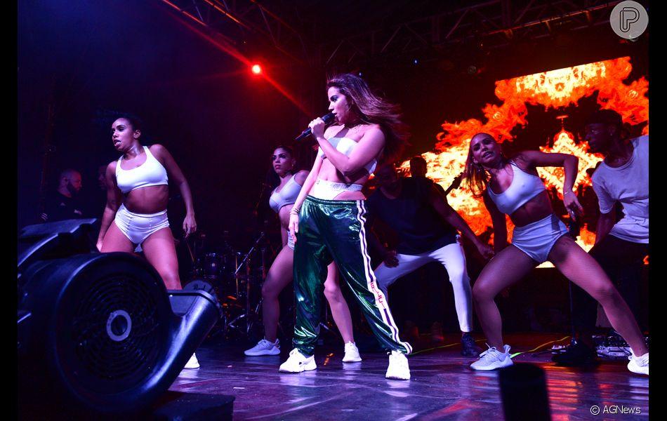 Anitta escolheu chunky sneakears para os pés - Purepeople 1d938566ce